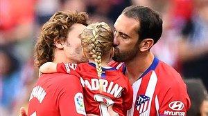 Antoine Griezmann y Diego Godín besan a Mía, la hija del francés que apadrina el uruguayo.