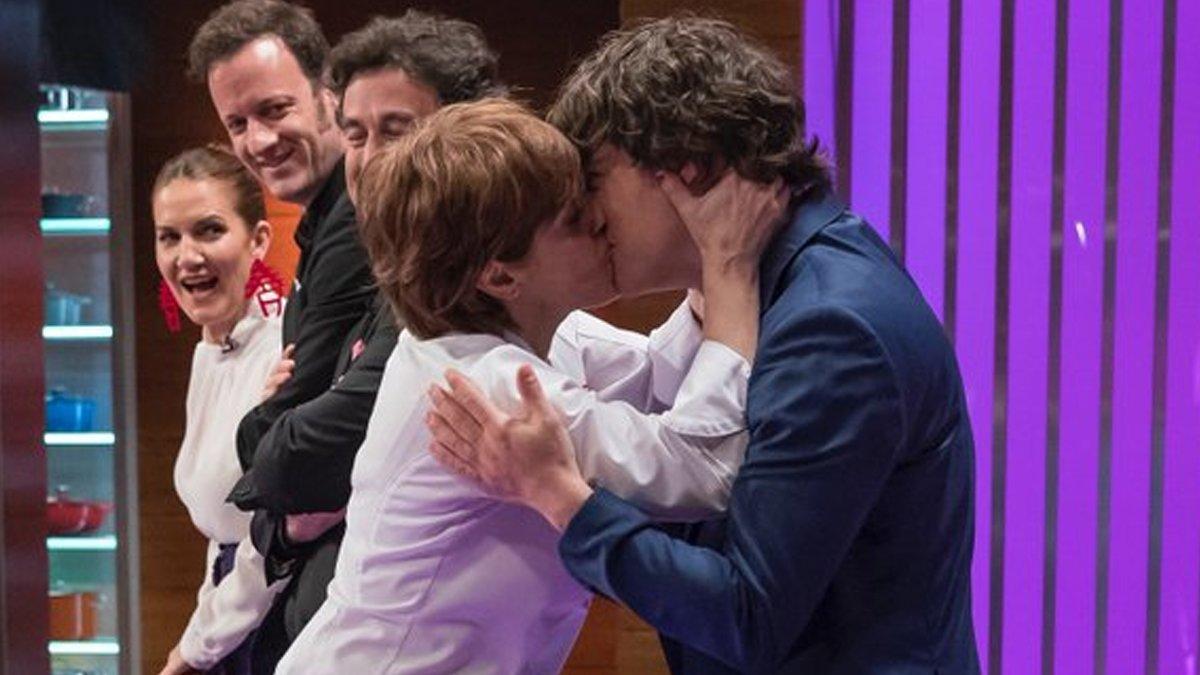 Anabel Alonso besa a Jordi Cruz en 'Masterchef'.