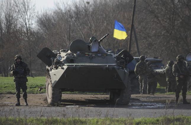 Blindats de guerra en una carretera a prop de la ciutat dIzium, a làrea de Kharkiv, aquest dimarts.