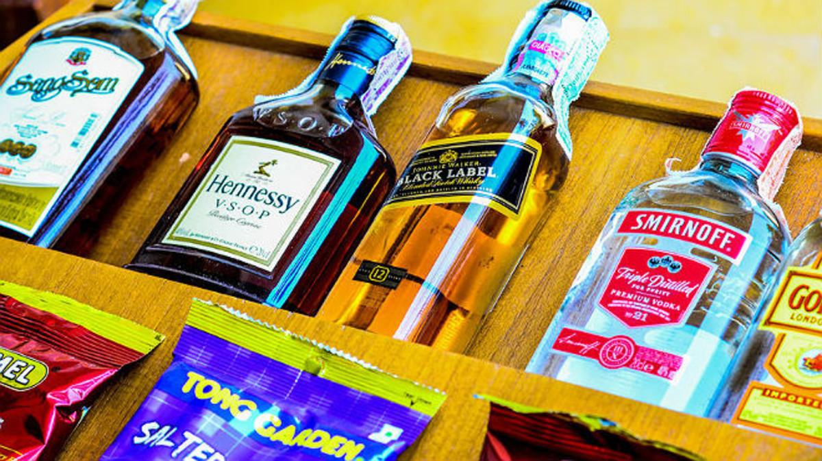 Botellines y snacks en el minibar de un hotel.