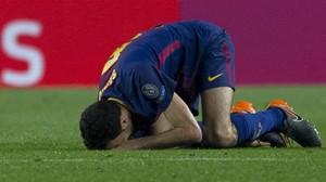 Busquets se duele del pie derecho en el partido frente al Chelsea en el que se lesionó.