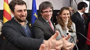 Carles Puigdemont, acompañado de Anroni Comín y Meritxell Serret celebran los resultados en Bruselas.