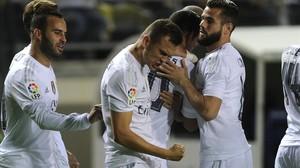 Cheryshev, en el centro, felicitado por sus compañeros tras marcar ante el Cádiz.