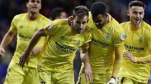 Christian Stuani recibe las felicitaciones de sus compañeros tras anotar el segundo gol ante el Espanyol.