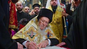 El patriarca Bartalomeo I firma el documento deescisión en la iglesia de San Jorge, en Estambul.