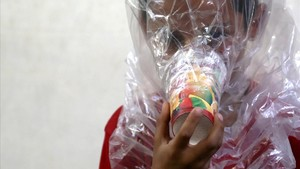 Un niño se prueba una máscara de gas casera en Idleb.