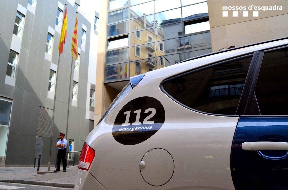 Un coche de los Mossos ante una comisaría.
