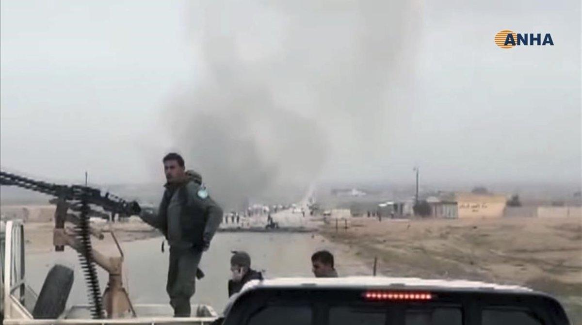 Combatientes kurdosirios montan guardia en el lugar del atentado, próximo a la ciudad siria de Hasaka.