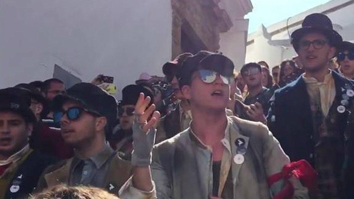 La comparsa Los niños sin nombre canta el tema 'Piropos', un alegato antimachista que se ha viralizado