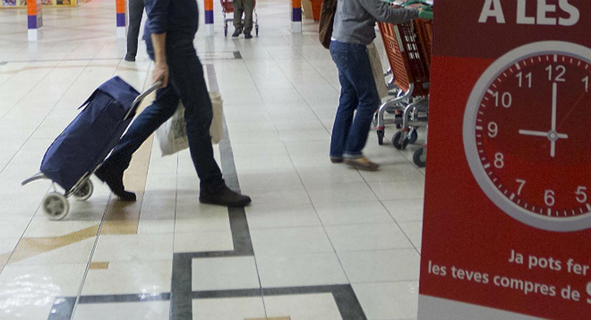 Con el carrito de la compra en un supermercado.
