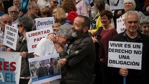 Concentracion a favor de la eutanasia en el Congreso de los Diputados.