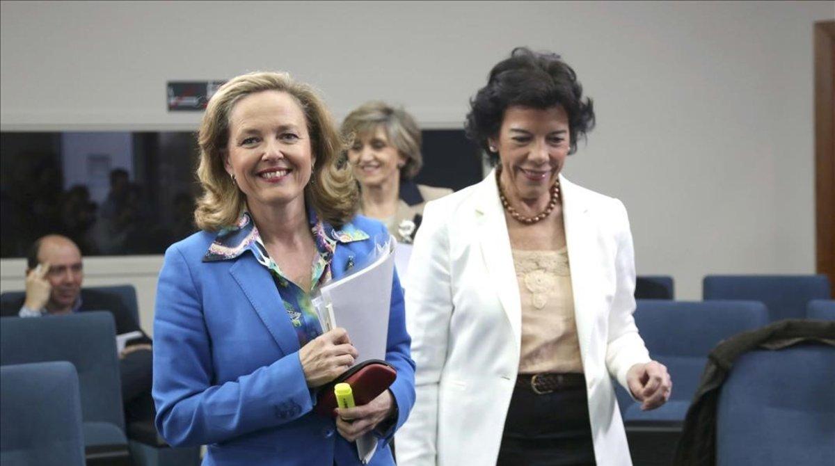 La ministra de Economía, Nadia Calviño, junto a la ministra portavoz, Isabel Celáa, antes del inicio de la rueda de prensa posterior al Consejo de Ministros.