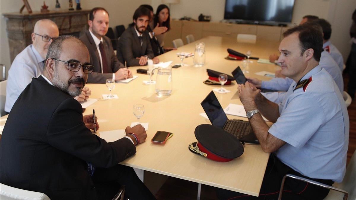 El 'conseller' Miquel Buch, reunido con los mandos de los Mossos d'Esquadra