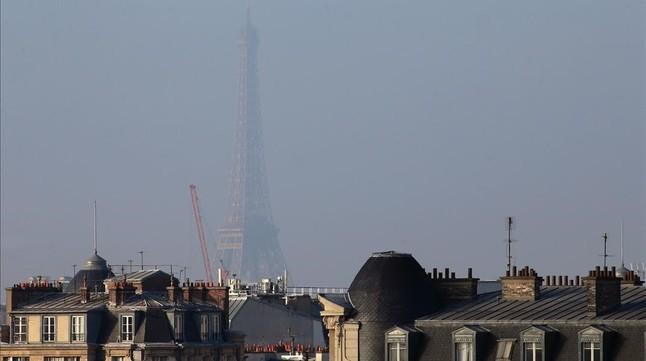 La contaminación difumina la imagen de la Torre Eiffel deParís, el pasado día 20 de enero.