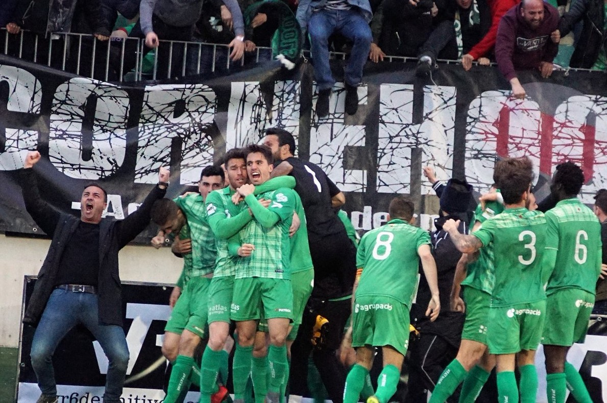 Els jugadors del Cornellà celebren el gol contrael Lleida.