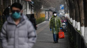 Ciudadanos protegidos contra el coronavirus en el exterior de un hospital en Beijing.