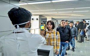 Pruebas a los pasajerospara detectar posibles casos delcoronavirus de Wuhan.