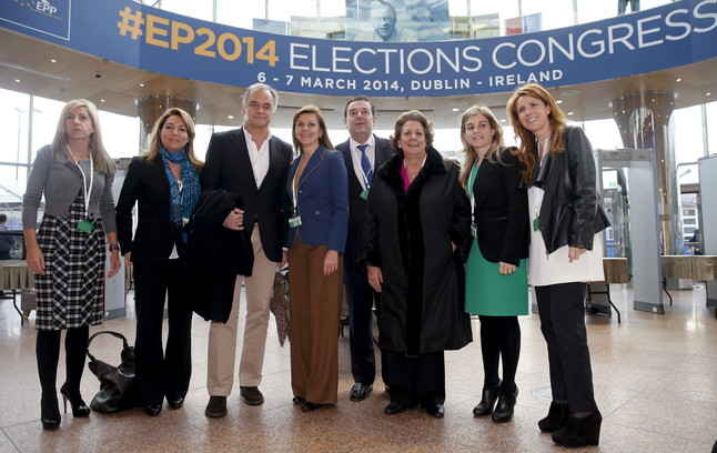 Cospedal (centro), González Pons (tercero por la izquierda), y la alcaldesa de Valencia, Rita Barberá (tercera por la derecha), entre otros, durante el Congreso del PPE en Dublín en el 2014.