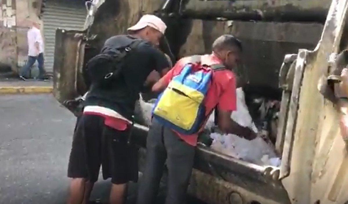 La crisis en Venezuela empuja a los ciudadanos de bajos recursos económicos a buscar alimentos entre la basura.