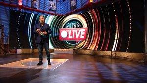 Iker Jiménez, en el plató de su programa en Cuatro con el logo de los especiales en directo'Cuarto Milenio Live'.