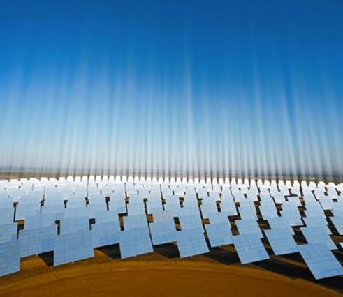 Decenas de placas en el parque solar de Sanlúcar la Mayor, cerca de Sevilla.
