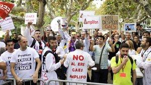 Manifestación de trabajadores afectados por un expediente de regulación de empleo (ERE), frente al Parlament.