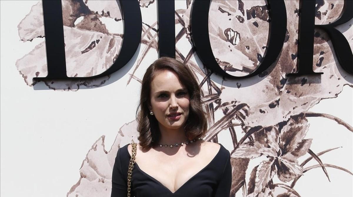 Natalie Portman posa en el 'photocall' del desfile de Dior, que ha tenido lugar en París.