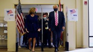 Trump y su esposa entran en el centro de votación de Palm Beach.