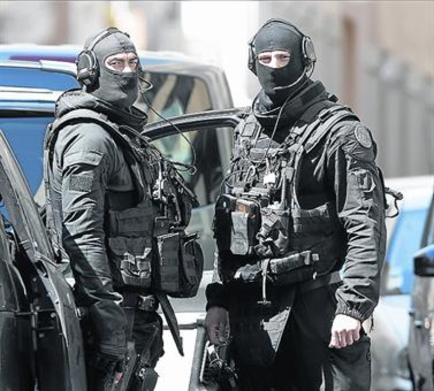 Dos soldados, durante el operativo de ayer en Marsella.