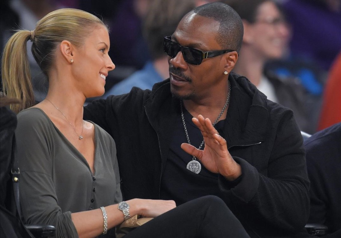 Eddie Murphy y Paige Butcher, durante un partido de la NBA en Los Ángeles, el 12 de abril del 2015.