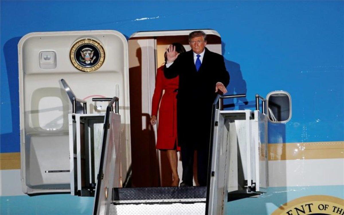 Donald Trump en la puerta del aviónAir Force One.