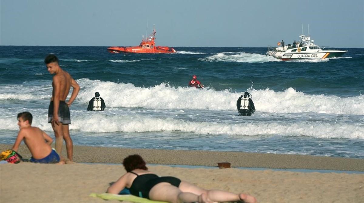Embarcaciones y submarinistas buscan a un joven ahogado en la playa del Miracle, en Tarragona, el pasado día 8.
