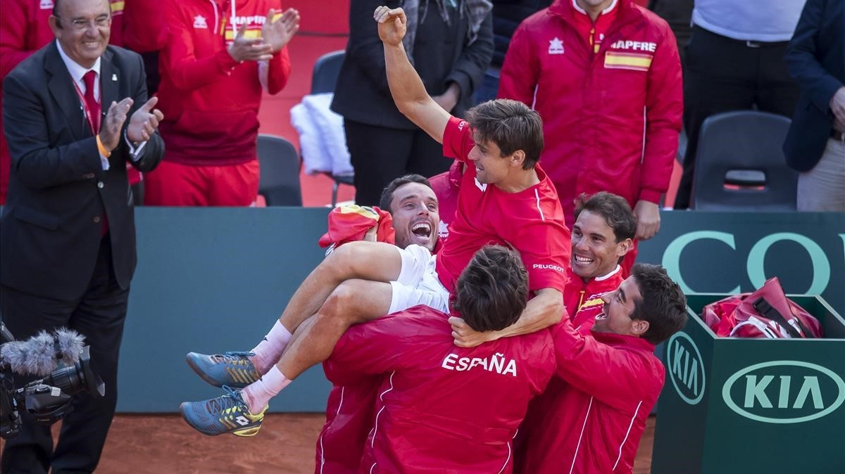 El equipo español mantea a David Ferrer tras ganar a Philipp Kohlschreiber.
