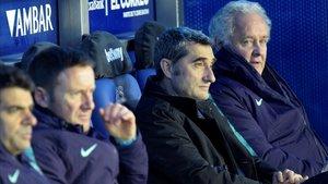 Ernesto Valverde, en el banquillo de Mendizorroza, siguiendo el partido
