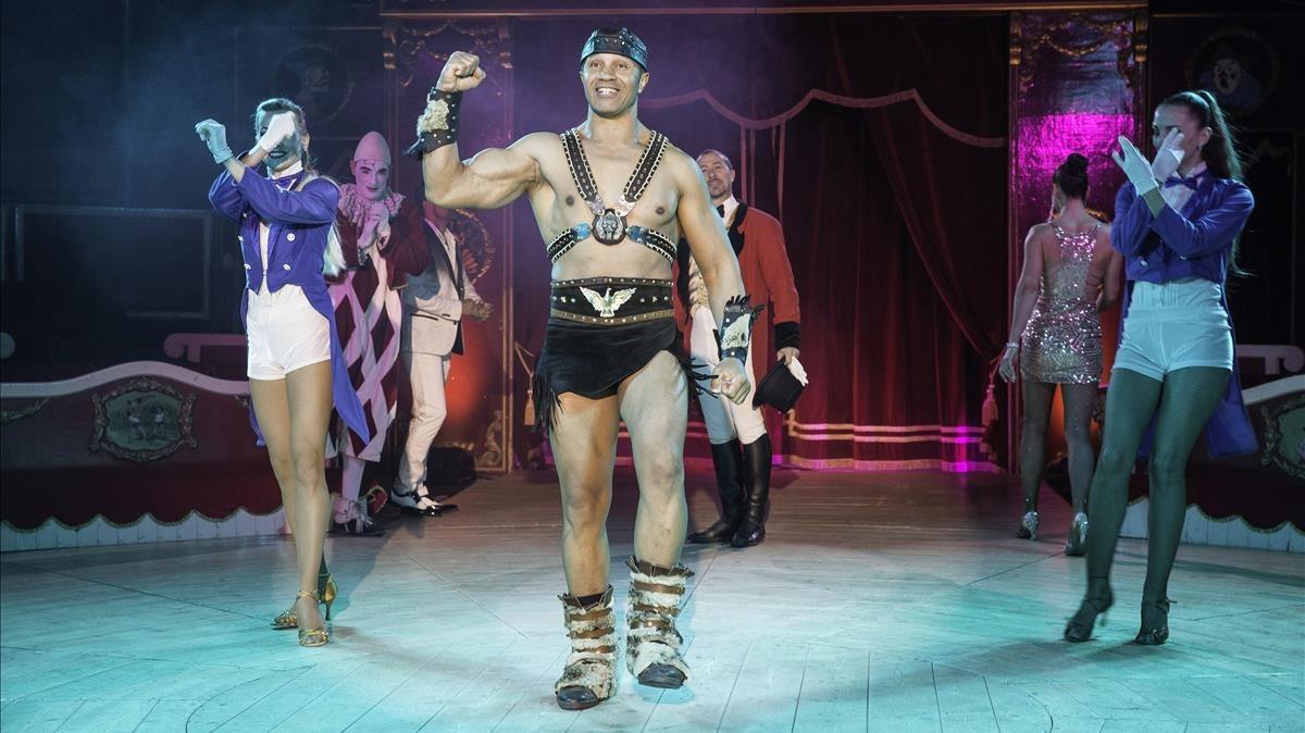 Una escena de Fortius, con el musculosoforzudo del circo que da título al espectáculo.