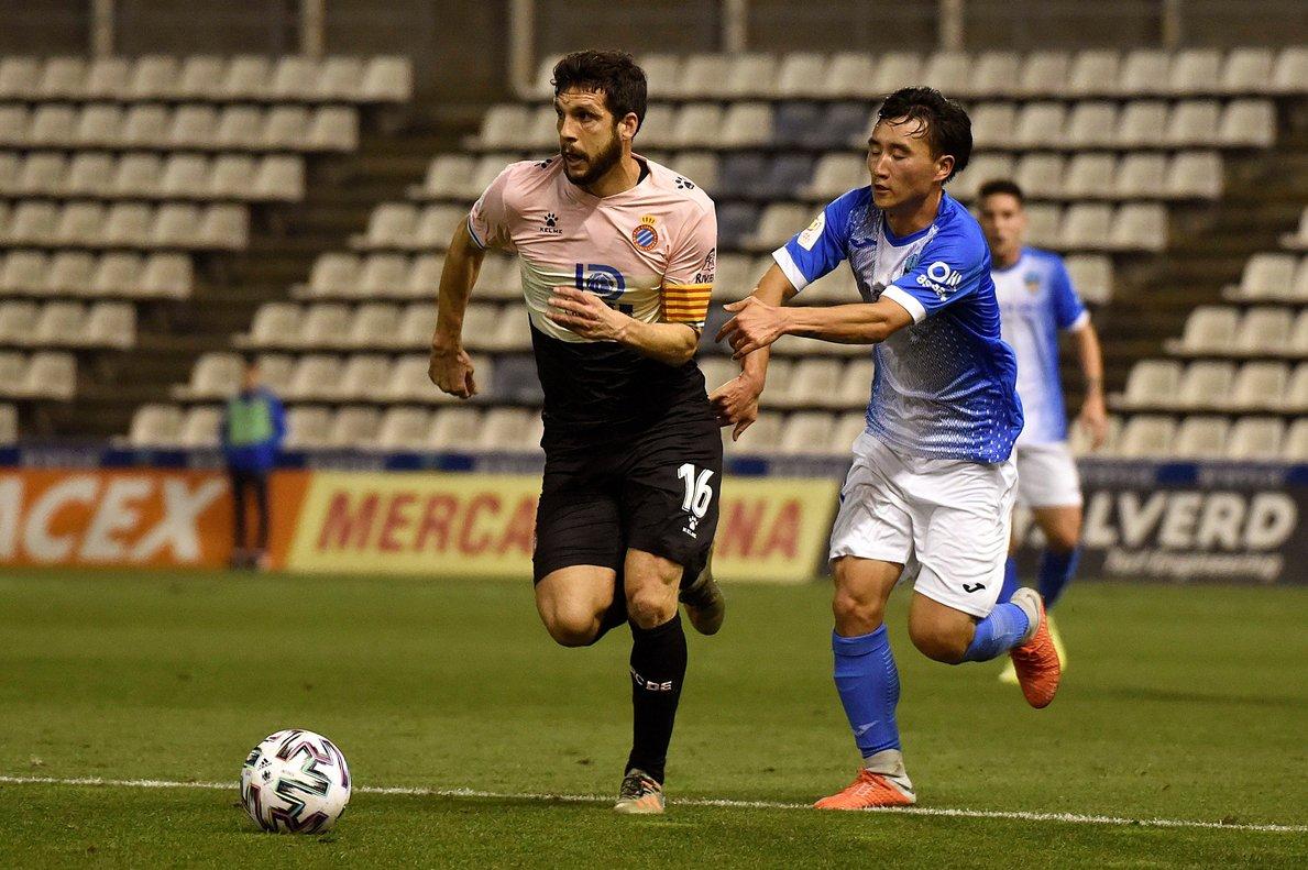 Javi López disputa un balón a Liu Yang, del Lleida, durante la eliminatoria de Copa.