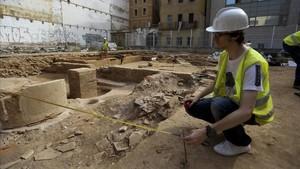Excavación arqueológica en la facultad de Geografía e Historia de la UB (Raval) en la que participan estudiantes del grado.