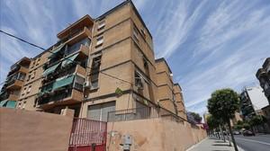 Vista general del edificio del que se precipitó un niño de dos años.