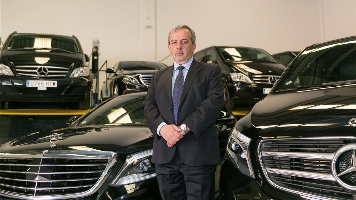 ManuelSánchez, en el aparcamiento de su empresa, Elegance Limousines, en Molins de Rei.