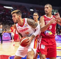 Guangzhou (China), 31/08/2019.- Willy Hernangomez Geuer (L) of Spain in action against Mohamed Hadidane (R) of Tunisia during the FIBA Basketball World Cup 2019 group C match between Spain and Tunisia in Guangzhou, China, 31 August 2019. (Baloncesto, España, Túnez, Túnez) EFE/EPA/ALEX PLAVEVSKI
