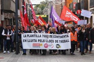 Cabecera de la manifestación de trabajadores de Continental en la plaza del Ayuntamiento de Rubí.