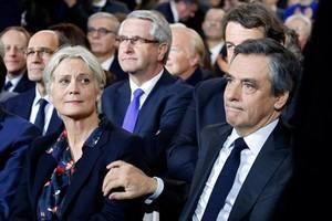 François Fillon y su esposa, Penelope, en un mitin político en París el pasado 29 de enero.