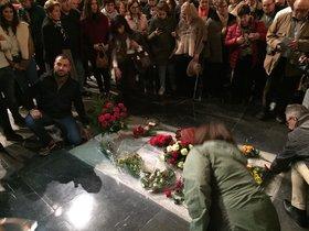 Franquistas en torno a la tumba de Franco, en el Valle de los Caídos.