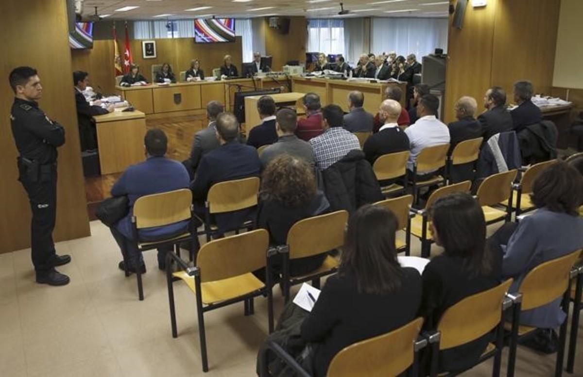 Los procesados por la tragedia del Madrid Arena,con el empresario Miguel Ángel Flores a la cabeza, en el banquillo de los acusados de la Audiencia Provincial de Madrid.