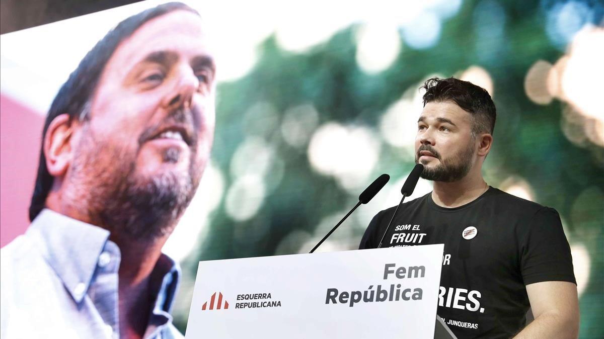 Gabriel Rufiánlee una carta de Oriol Junqueras, el pasado junio, en un acto de ERC en LHospitalet.