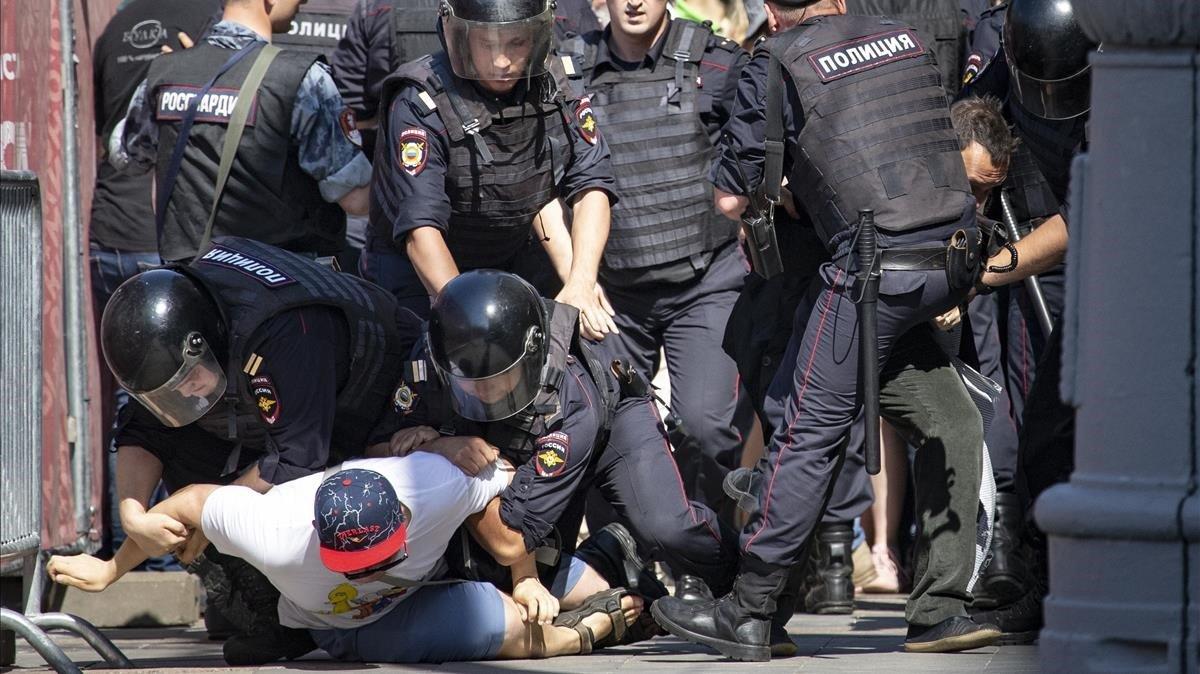 Un grupo de policías detienen a manifestantes, en la protesta del sábado en Moscú.
