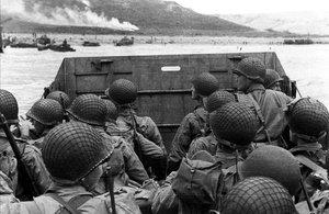 Un grupo de soldados estadounidenses se aproxima a la playa de Omaha, durante el desembarco de Normandía.