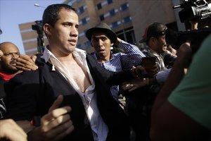 Guaidó, con la camisa rota tras ser zarandeado en el aeropuerto de Caracas.