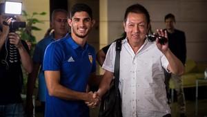 Guedes y Peter Lim, a su llegada al aeropuerto de Valencia.