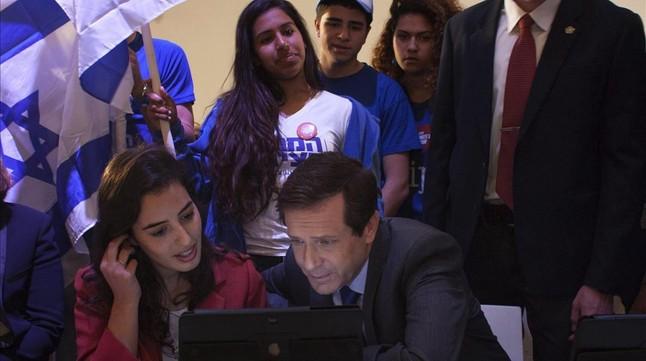 Herzog, líder de los laboristas, consulta datos en un ordenador junto a miembros del movimiento juvenil Dror, en una visita a colegios electorales en Tel-Aviv.